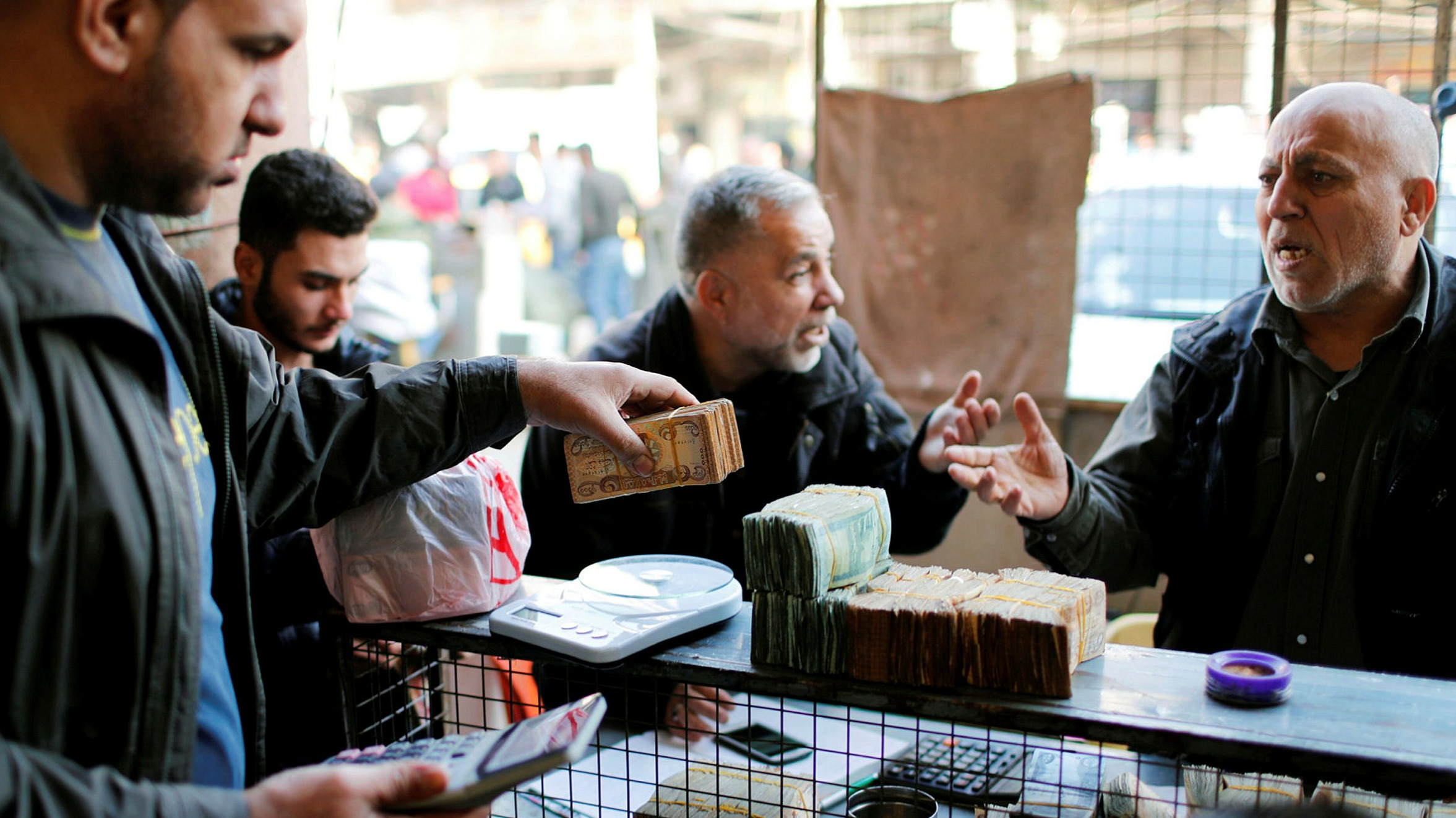 Iraq devalues currency by a fifth as oil-price collapse hits | Financial  Times